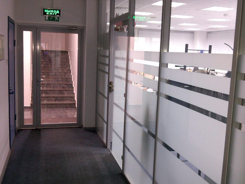 Стеклянная каркасная перегородка, офис компании Фесто, пескоструйный рисунок