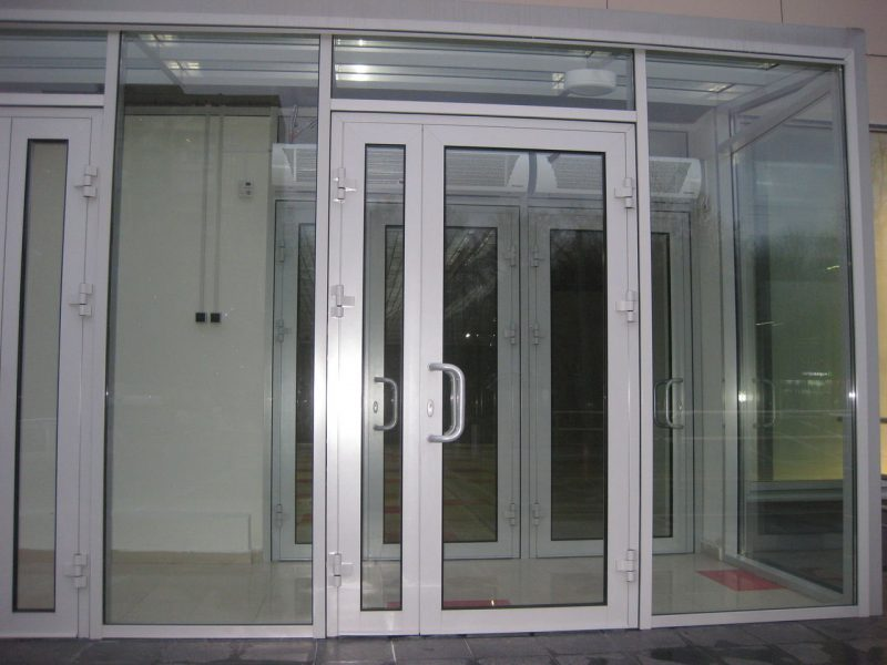 Фасадные алюминиевые двери